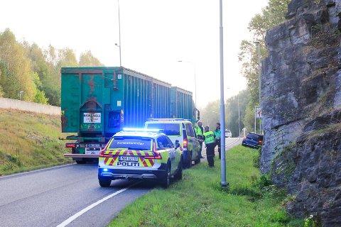 ULYKE: En ung kvinnelig sjåfør er kjørt til traumemottaket på Sykehuset Telemark etter å ha kjørt av veien og inn i en fjellvegg på Skjelsvik.