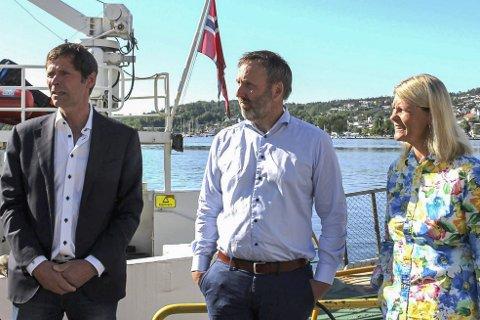 F.v. styreleder Bjørge Fredheim, daglig leder Borgar Slørdal og medlem i representantskapet til ferga Tone Berge Hansen.