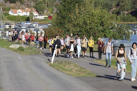 Opptur i Bamble. Ungdomsskoleelever på vei til Fjordglimt på tur.