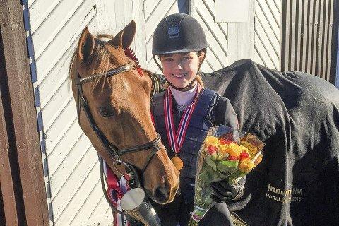 FEILFRI: Maria Louise Kingsrød og HB Ginger Spice vant innendørs mesterskap i sprangridning for kategori II-ponnier.