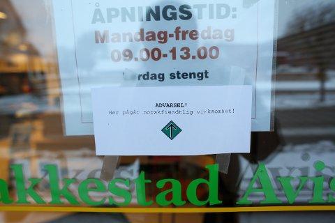 ADVARSEL: Denne meldingen sto skrevet på døra til Rakkestad Avis mandag morgen. Årsaken eller hvem som kan ha gjort dette er foreløpig uklart.