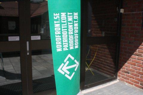 Sperret for: Her har Nordfront sperret for inngangen til rådhuset i Rakkestad.