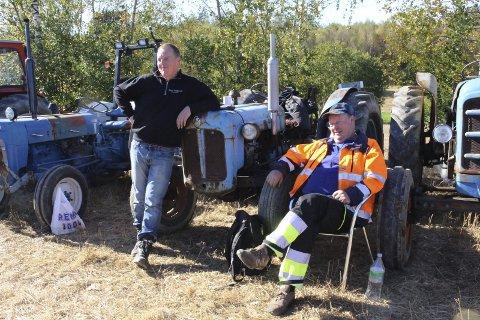 BLÅ TRAKTORER: Stein-Ove Karlsen og Kåre Karlsen sverger til de blå traktorene.