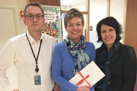 Overrekkelsen: Øyvind Staff, Pia Bråthen og Veronica Olsen fra utdelingen av pengegaver fra Sparebankstiftelsen. Foto: Privat