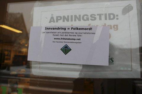 MARKERING: En lapp som i løpet av natten ble klistret på døra til Rakkestad Avis.