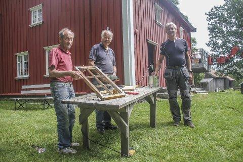 Tar i et tak: Martin Ruggli, Anders Holmsen og Dag Gjulem er ikke redd for å ta ansvar. Nå har de gitt Filtvedtstua litt etterlengtet oppmerksomhet. Foto: Joachim C. Høyer