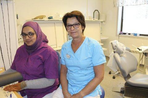 AVSLUTNING: Kari Stamsaas (til høyre) har jobbet på tannklinikken i Rakkestad i 42 år. Sara Awan har jobbet der bare den siste tiden.