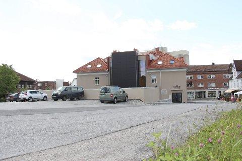 BLE UTSATT: I månedsskiftet mars-april neste år vil Rema 1000 og Vitus Apotek mest sannsynlig åpne dørene for kunder på Rakkestad Torg.