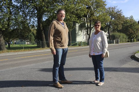 Gir ikke opp: Anne Lise Lien og Even Kaalstad mener rakstingene bør fortsette å protestere helt til sentrumsplanen er vedtatt i kommunestyret. De håper på å redde Villa Sundby. Foto: Joachim Høyer