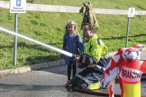 Prøvde slangen: Barna fikk prøve brannslangen under åpen dag på brannstasjonen lørdag. Mellom 400 og 500 rakstinger deltok på arrangementet. Alle foto: Joachim Constantin Høyer
