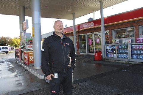 Nytt tilbud: Daglig leder Jan Wallberg i Circle K Rakkestad gleder seg over at de til våren får hurtigladestasjon for elbil. Foto: Beate Sloreby