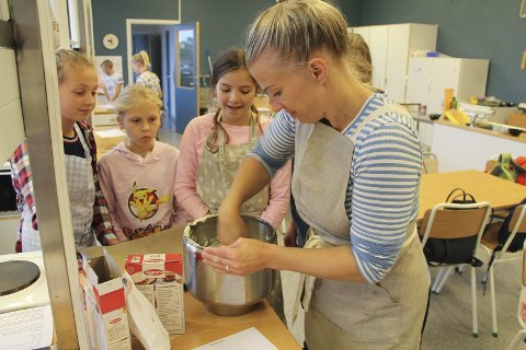 Viste: Elisabeth Groth (Frøken Holm) hjalp Astrid Bakkevik Finnestad, Leja Kripaite og Anette Synøve Vassbotn med deigen.