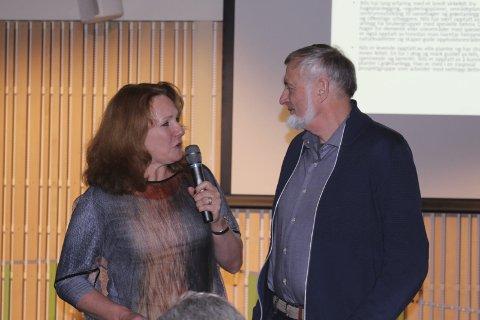 Overrekkelse: Anja Guerrera overrakte det synlige beviset på prisen til Nils Skaarer.