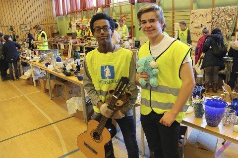 Glade loppeselgere: Bsrat Arthe (14) Thor Ludvig Holmsen (14) var imponerte over oppmøtet fra bygda på helgens loppemarked. Foto: Joachim Constantin Høyer