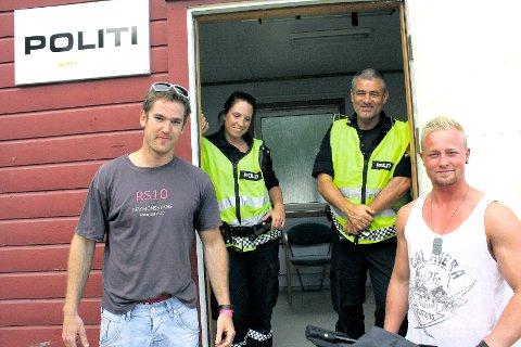 På plass: Politiet utvider bemanningen på Gatebil. Her er politibetjentene Maria Langeid og Gard Andersen sammen med et par Gatebil-deltakere fra tidligere år.