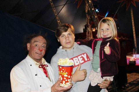 TOK MED LILLESØSTER: Tobias Graarud (16) tok med seg lillesøsteren Gjertine (5) på Cirkus Arnardo torsdag.