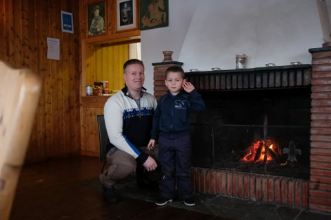 Velkommen: Jom Skare og sønnen Knut-Emrik skal sørge for å holde speiderhytta god og varm de neste søndagene fremover.alle foto: mats duan-Hansen