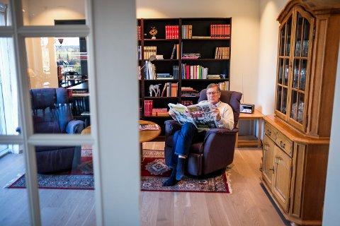 Bjørn Mosseros har laget seg en koselig tv-stue med utgang til en av balkongene i den nye leiligheten.