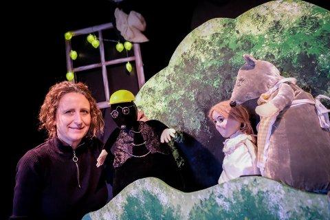 Anne Hege Vestbye Kopperud lager både figurer og scenografi selv.