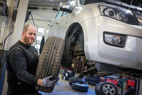 Bilmekaniker Eivind Thorvaldsen er klar til å skifte dekkene dine.
