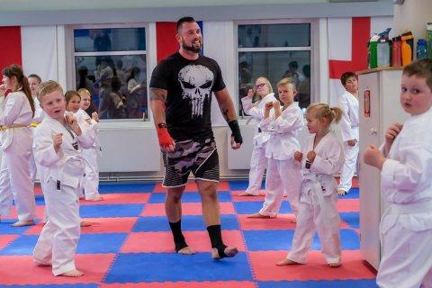 Kim Valhalla Johansen driver Rakkestad kampsportklubb der mange barn trener flere ganger i uka.