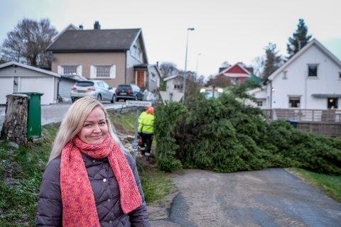 Erika Rimkienė syntes det var hyggelig å gi bort den store grana slik at hele bygda kan få nytte av den i jula.