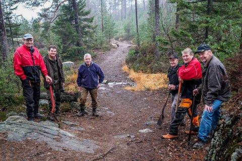 Dennegjengen har laget den nye stien opp til Linnekleppen. (f.v) Knut Bredholt, Knut Østby, Jan Lie, Øyvind Dahl, Arild Bredholt og Knut Heller.