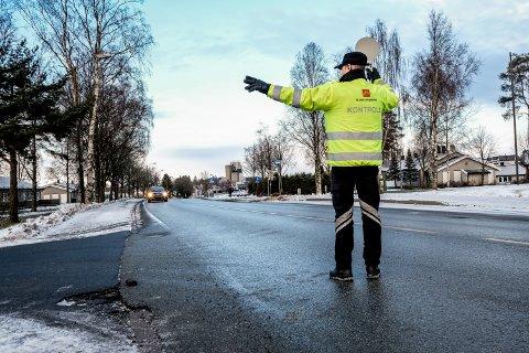 Overingeniør Vidar Samuelsen vinket inn biler for sjekk.