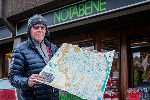 Nytt kart: Per Vidar Pedersen viser frem kartet som nå er i salg.
