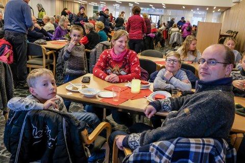 Jovan Brenislav Lonhe, Hanne Sundås, Daniel Hestnes (9), Paul Hestnes og Magnus Sundås (7) var gode og mette etter et deilig måltid.