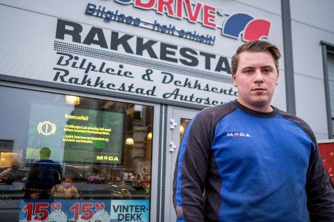 Kundemottaker og avdelingssjef for dekk og bilpleie, Anders Sæves var første ansatt som kom på jobb tirsdag morgen.
