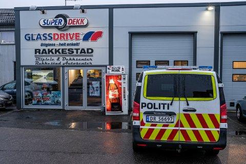 Politiet var til stede hos Rakkestad Autosenter tirsdag morgen og foretok en åstedsundersøkelse