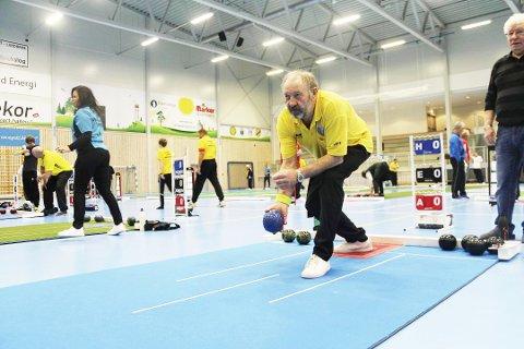 AKTIV KLUBB: Medlemmene i Oshaug Bowls reiser landet rundt på konkurranser. Denne helgen har de vært i Skien og konkurrerte mot det svenske landslaget.