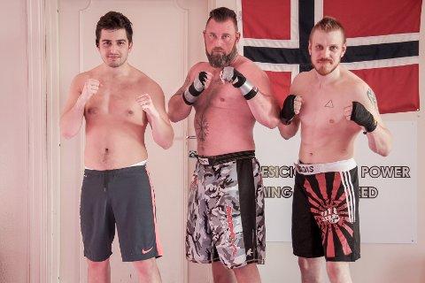 MMA-trener Kim Johansen (i midten) har med seg to debutanter til Danmark i begynnelsen av mai. Det er Tehvid Baltic (t.v) og Kim Andre Myhre Hansen (t.h).
