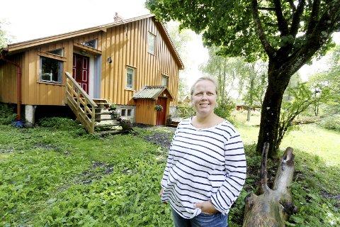 BEKYMRET: Annikka Wiland Stendebakken liker ikke at store traktorer med kjetting driver med hogst i skogen rundt gården hennes.