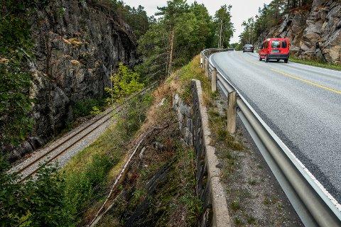 Smalt: Riksveien sett fra avkjørselen mot Hverven pukkverk. Strekningen ved Tranga har vært et vanskelig punkt for kommunen i forbindelse med ønske om å få vann- og kloakkledning ut til Rudskogen.
