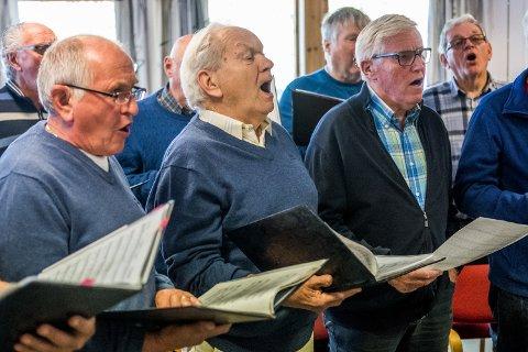 Hans Stian Torp (1. tenor), Kåre Kristiansen (1. tenor og solist), Georg Statshaug (2. tenor) varmet opp stemmen før øvelsen.