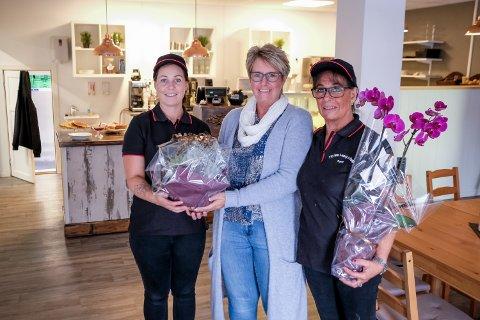 Anne Lene Hagen og Torill Hagen mottok blomster av Ann Carethe Holmsen (i midten).