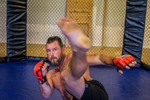 Både Kim Valhalla Johansen og motstanderen Charlie Milner er stående fightere. De har avtalt på forhånd at MMA-kampen blir en stående fight.