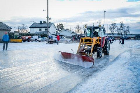 HÅP: Mange krysser nok fingrene for å se denne traktoren på grusbanen ved Bergenhus om ikke så lenge. Holder kulda seg som meldt, vil det bli lagt til rette for skøytebane.
