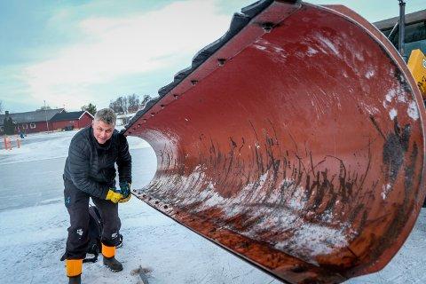Robert Jelsnes jobbet syv timer natt til lørdag på sin egen fritid for at isen skulle bli klar til lørdag morgen.