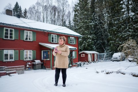 Det hender at Kari-Anne Aasen må ut på gårdsplassen for å finne dekning. Ved Glommas elvebredde en kilometer gjennom skogen fra huset, har hun derimot full dekning.
