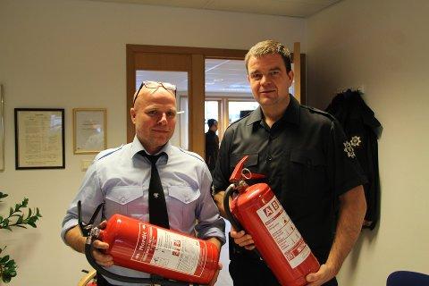 VIKTIG: Øyvind Ørka og Jan Vegar Studsrud sjekket rakstingenes brannslokningsapparater under årets julegateåpning.