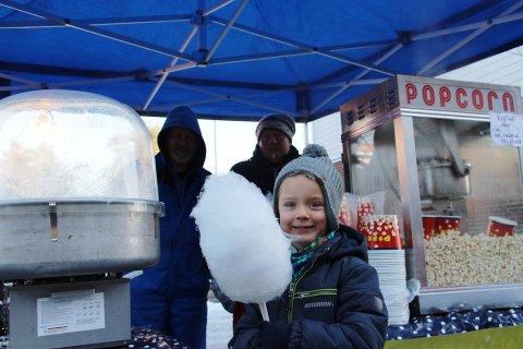 FORNØYD: Sander Lintho (6) med sukkerspinn i Rakkestads gater under julegateåpningen.