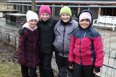 Emma (9), Helena (10), Silje (10) og Beauty (8) fra Kirkeng skole koste seg med en annerledes-dag på Vestre Knolden i vinterferien.