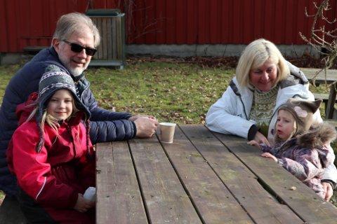 Rita og Erik Edvardsen hadde med seg barnebarna Tuva Helene Johansen (6) og Nora Amalie Johansen (2) på Rakkestad bygdetun, søndag.