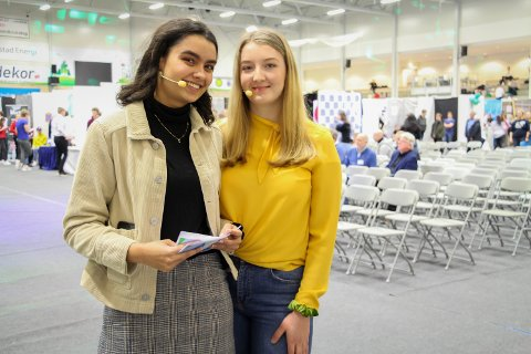KONFERANSIER: Anusha Mosbye fra Halden (t.v.) og Ida Aabogen Haugaard fra Rakkestad var begge konferansierer under Ungt Entreprenørskaps fylkesmesse for ungdomsbedrifter.