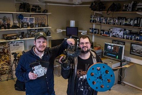 TAR IMOT DIN FILM: Petter Larsson og Dan Ove Brester klare for å hjelpe rakstinger med å ta vare på gamle minner.