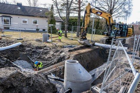 DYPT: På fire meters dybde legges de nye rørene.