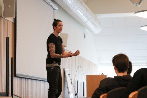Engasjerende: Tidligere håndballspiller Anja Hammerseng-Edin hadde en personlig og fortrolig tone med de mange elevene.